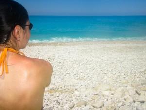 odihna plaja bronz fata bruneta relaxare